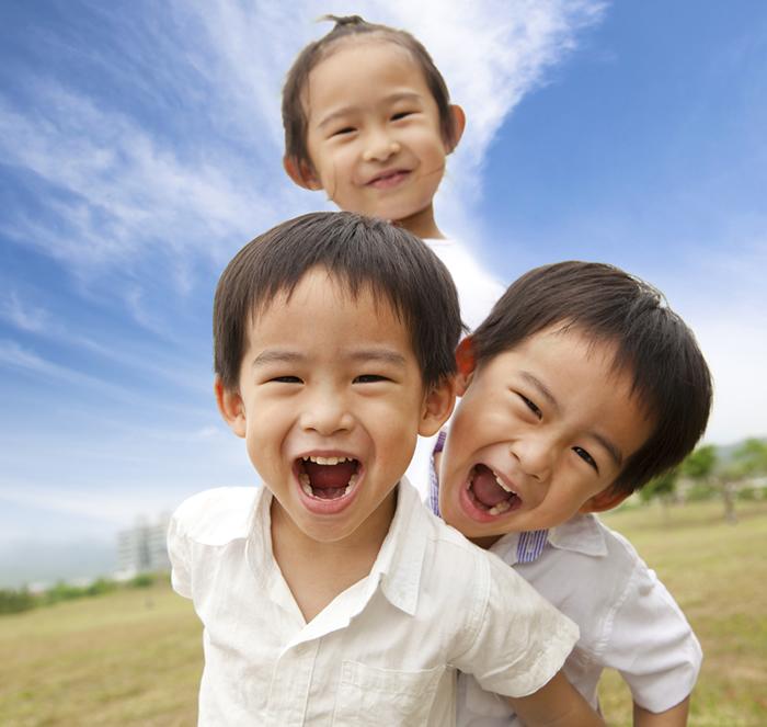 001口腔崩壊記事用写真(子供の笑顔)